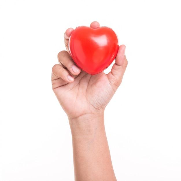 Mão, de, mulher segura, coração vermelho, isolado, branco Foto Premium