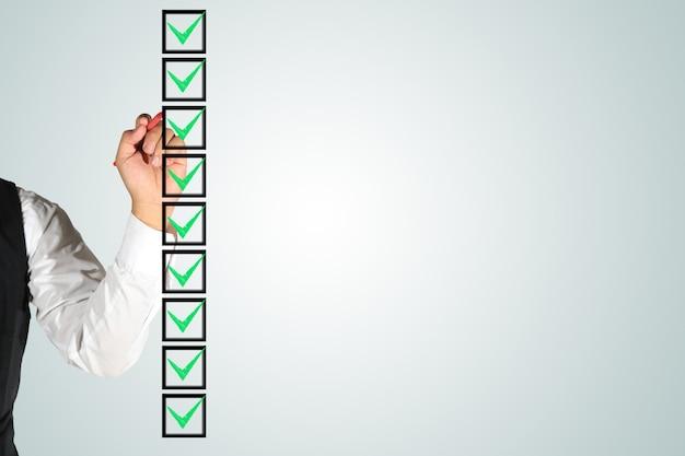 Mão de negócios assinando caixas de seleção Foto Premium