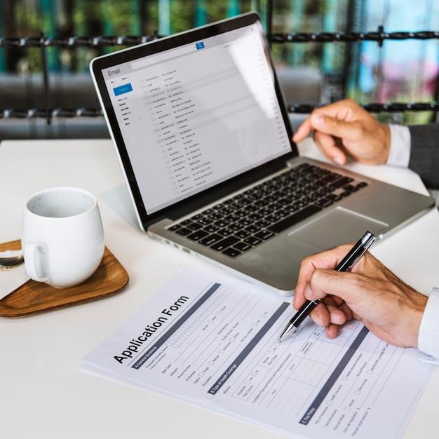 Mão de negócios preenchendo o conceito de formulário de candidatura Foto Premium