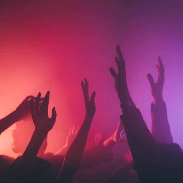 Mão de pessoas no clube Foto gratuita