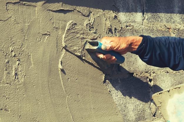 Mão, de, trabalhador, reboco, cimento, ligado, parede Foto Premium