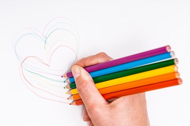 Mão, desenho, corações, com, lápis coloridos Foto gratuita