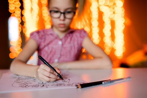 Mão do close-up com os desenhos do natal do desenho de lápis. tema do ano novo Foto Premium