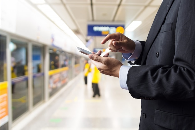 Mão do empresário segurar sem fio digital smart device ou smartphone Foto Premium