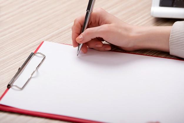 Mão escrevendo memorando no conceito de negócio Foto Premium