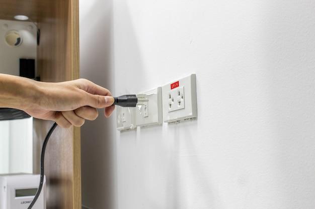 Mão estão ligados ou desligados de eletricidade Foto Premium