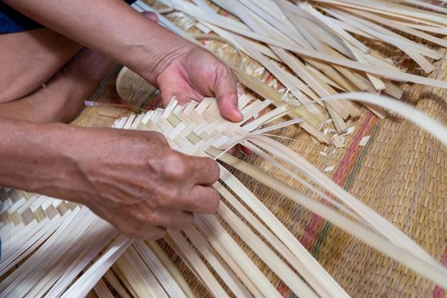 Mão fazer busket de bambu branco Foto Premium