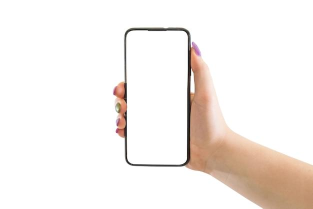 Mão feminina segurando um celular preto com uma tela branca em um fundo isolado. Foto Premium