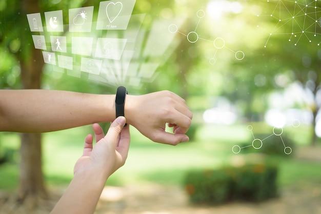 Mão humana com tela virtual de fitness, conceito de tecnologia de saúde Foto Premium