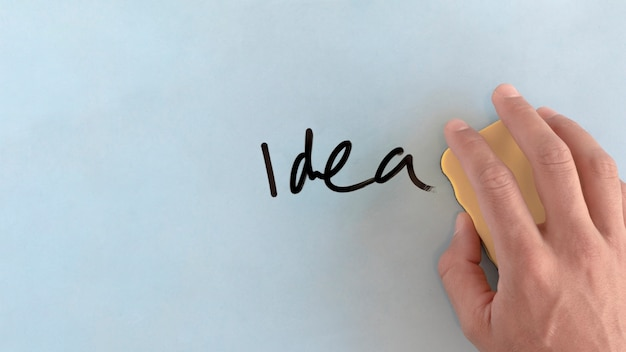 Mão humana, limpeza, idéia, palavra, com, espanador Foto gratuita