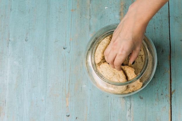Mão, levando, biscoito Foto gratuita
