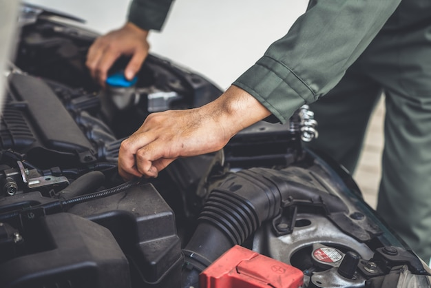 Mão mecânico profissional, fornecendo serviço de reparação e manutenção de automóveis Foto Premium