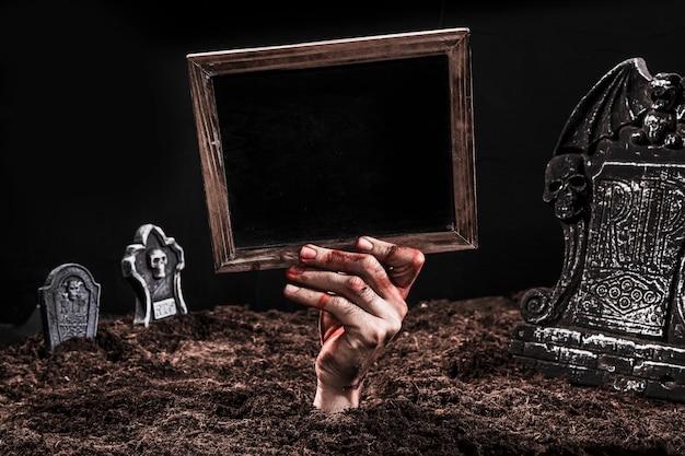 Mão, mostrando, pretas, sinal, saída, sepultura Foto gratuita