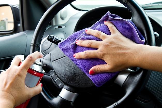 Mão mulher, com, microfibra, pano, polimento, roda, de, um, car Foto Premium
