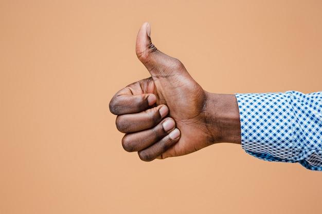 Mão negra polegar para cima gesto Foto gratuita