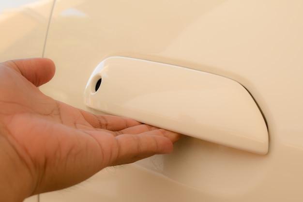Mão no punho. close-up, de, homem, em, abertura, um, porta carro Foto Premium