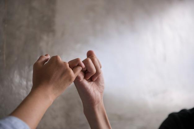 Mão para mindinho juro, mindinho prometer sinais de mão. Foto Premium