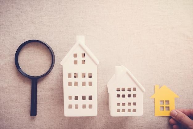 Mão pegando a propriedade da casa certa Foto Premium