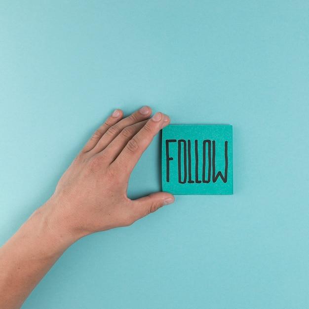 Mão plana leiga mostrando notas autoadesivas Foto gratuita