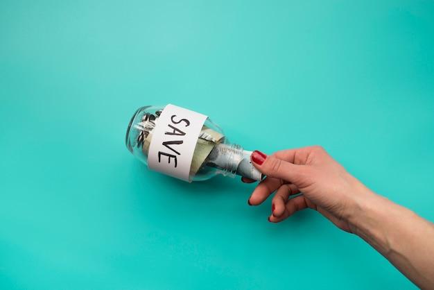 Mão, pôr, dinheiro, em, jarro Foto gratuita