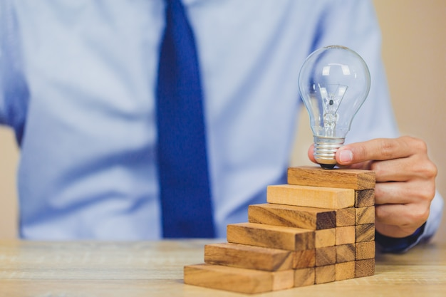 Mão, puxando, saída, ou, colocar, bloco madeira, ligado, a, torre, plano, e, estratégia, em, negócio Foto Premium