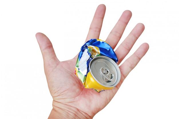 Mão que mantém uma lata de lixo amarrotada isolada no fundo branco. Foto Premium