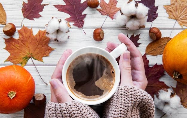 Mão que prende o café quente Foto Premium