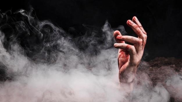 Mão saindo do solo Foto gratuita