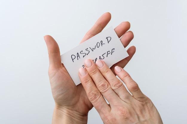 Mão segura a senha no papel Foto Premium