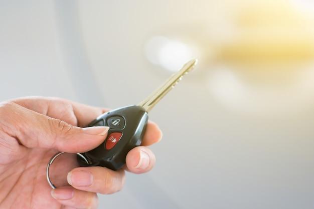 Mão segurando a chave do carro remoto. chave do carro remoto. Foto Premium