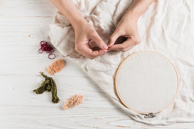Mão, segurando, agulha, e, linha, ligado, tambour, quadro Foto gratuita