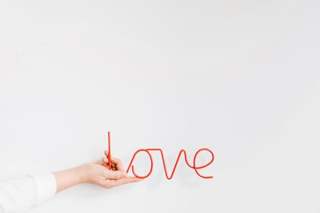 Mão segurando cartas de amor Foto gratuita