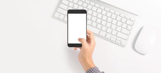 Mão segurando o dispositivo smartphone e tocando a tela Foto Premium