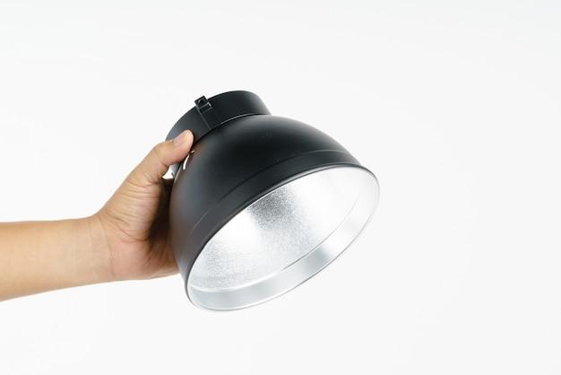 Mão segurando o refletor padrão de estúdio de fotografia Foto Premium