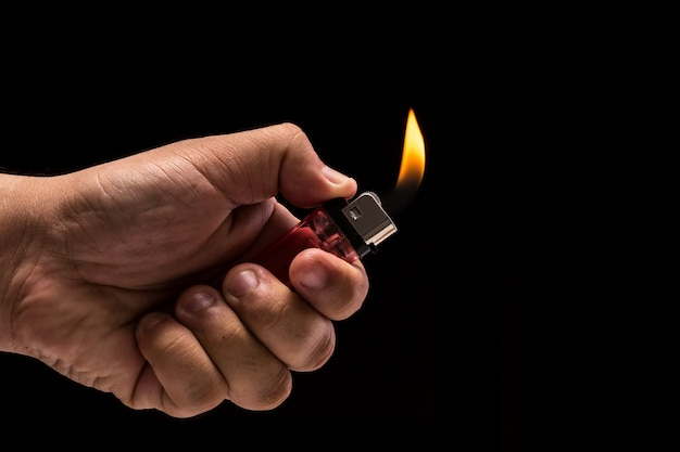 Mão segurando queima de gás mais leve. Foto Premium