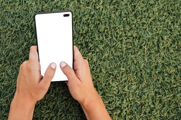 Mão segurando smartphone moderno com mock-up Foto gratuita