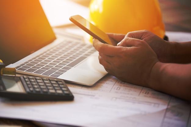 Mão segurando trabalhando no smatphone Foto Premium
