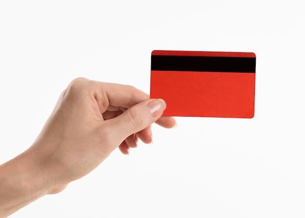 Mão segurando um cartão de crédito Foto gratuita