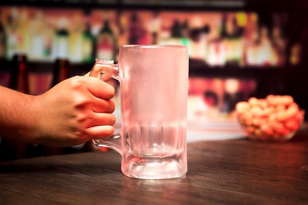 Mão, segurando, vazio, copo cerveja Foto gratuita