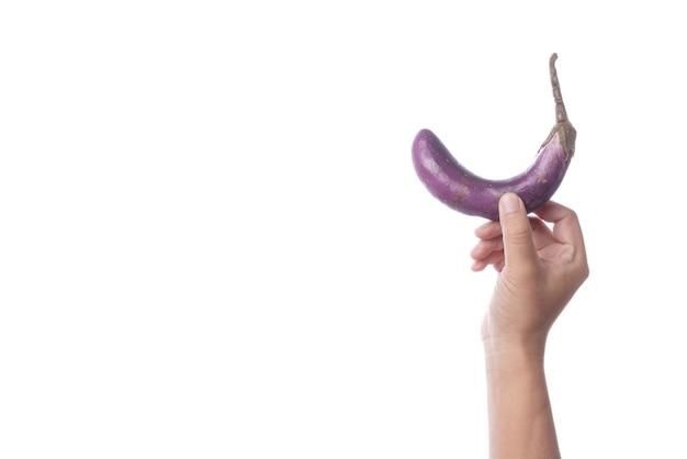 Mão segurando velha berinjela roxa como um símbolo de disfunção sexual Foto Premium