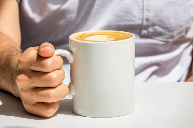 Mão, segurando, xícara café Foto gratuita