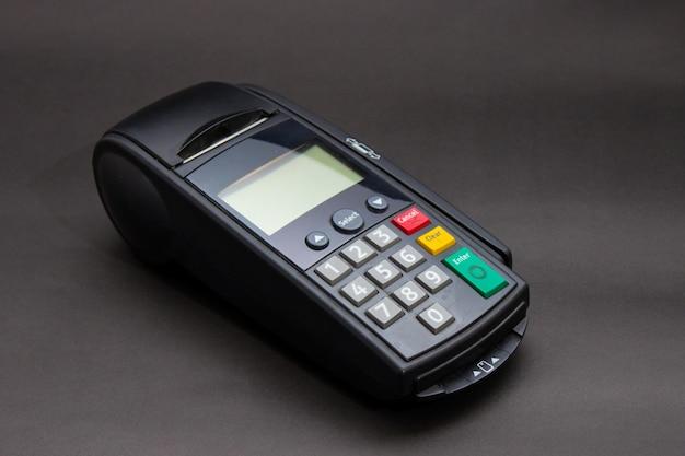 Mão swiping cartão de crédito na loja. mãos fêmeas com cartão de crédito e terminal de banco. imagem em cores de um pos e cartões de crédito. Foto gratuita