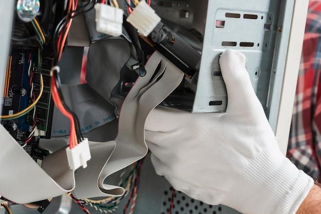 Mão técnico, com, luvas, reparar, computador Foto gratuita