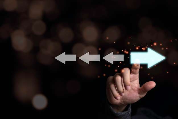 Mão tocando luz seta azul que direção oposta com seta branca. interrupção e pensamento diferente para a descoberta de novas tecnologias e o novo conceito de oportunidade de negócios. Foto Premium