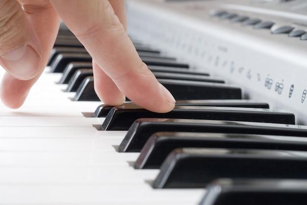 Mão tocando música no piano Foto Premium
