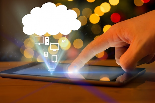 Mão tocando um tablet Foto gratuita