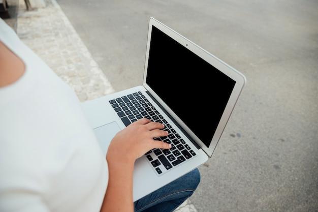 Mão, tocar, laptop, teclado, com, mock-up Foto gratuita