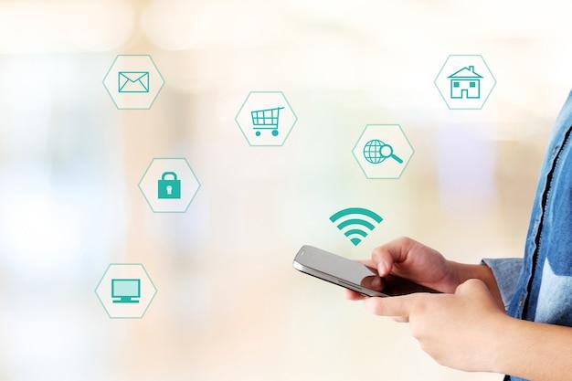 Mão, usando, smartphone, internet, coisas, ícone, borrado, fundo Foto Premium