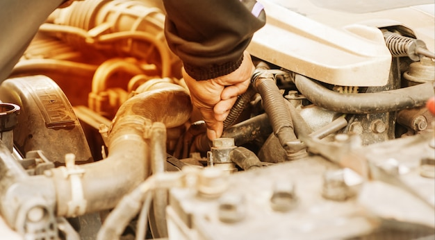 Mão, verificar, car, radiador, superaquecimento Foto Premium
