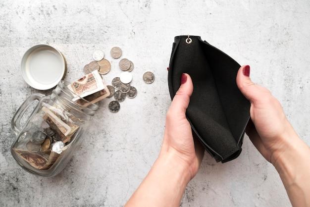 Mãos, abertura, carteira, com, poupança, jarro Foto gratuita